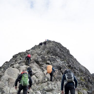een berg beklimmen op een sportieve vakantie