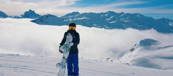 Wintersporter die verzekerd op reis is